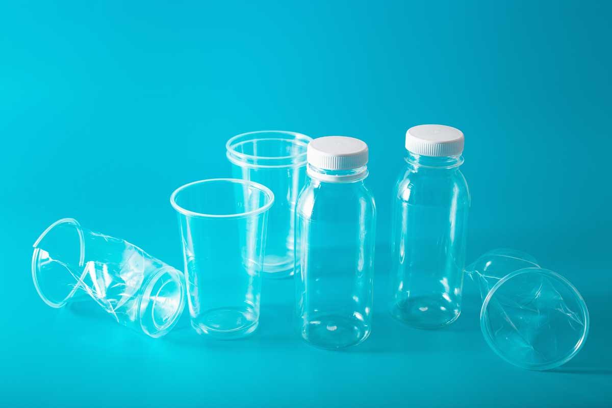 bottiglie e bicchieri di plastica