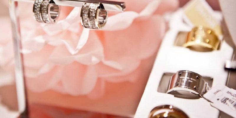 Espositori in cartone per gioielli: come sceglierli?